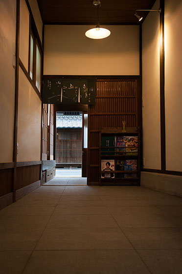 通り庭から見た玄関